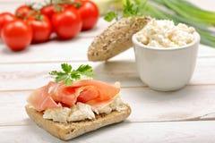 Sandwich mit weißem Hüttenkäse und Schinken Lizenzfreies Stockbild