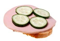 Sandwich mit Wurst und Gurke Lizenzfreies Stockbild