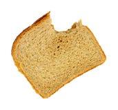 Sandwich mordu à beurre d'arachide sur le fond blanc images stock