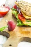 Sandwich op broodplank Stock Afbeelding