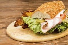 Sandwich op een houten lijst royalty-vrije stock afbeelding