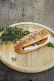 Sandwich op ronde houten plaat Stock Foto's