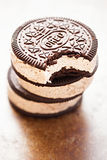 Sandwich Oreo à crème glacée - les biscuits de sandwich aromatisés par chocolat ont rempli de crème glacée de saveur de vanille a Image stock