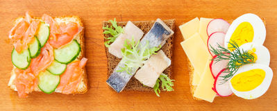 Sandwich ouvert au danois avec des poissons Image stock
