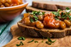 Sandwich ouvert avec des haricots et des légumes Photo libre de droits