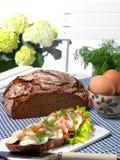 Sandwich ouvert avec l'oeuf et la crevette Image stock
