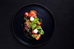 Sandwich ouvert avec le poulet et le mozzarella grillés photographie stock libre de droits