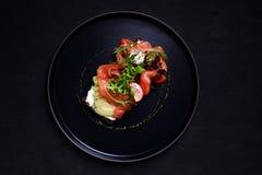 Sandwich ouvert avec les saumons, l'avocat et le mozzarella photo libre de droits