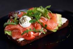 Sandwich ouvert avec les saumons, l'avocat et le mozzarella photographie stock libre de droits