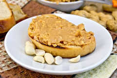 Sandwich with peanut butter and nuts in bowl Stock Photography