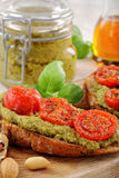 Sandwich with pesto and roasted tomatoes Royalty Free Stock Photos