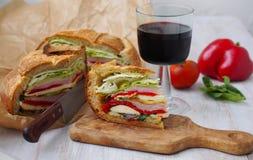 Sandwich pressé méditerranéen à pique-nique avec le mozarella, les légumes grillés et le jambon l'espagne Images stock