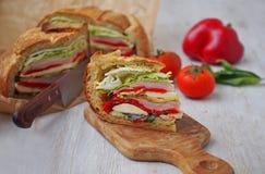 Sandwich pressé méditerranéen à pique-nique avec le mozarella, les légumes grillés et le jambon l'espagne Photo stock
