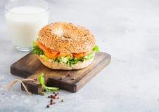 Sandwich sain frais ? bagel avec les saumons, le ricotta et la laitue sur le hachoir de cru sur le fond en pierre de table de cui photos stock