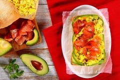 Sandwich saumoné à ciabatta d'oeufs brouillés d'avocat Photo stock