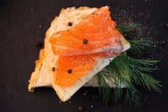 Sandwich saumoné avec l'aneth et le poivre noir Photos stock