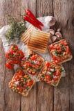 Sandwich savoureux avec des haricots blancs, des tomates, le fromage et des clos d'herbes Images libres de droits