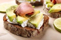 Sandwich savoureux avec l'avocat et les poissons Image libre de droits