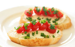Sandwich savoureux avec le fromage fondu et les tomates photographie stock libre de droits