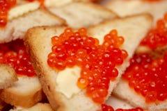 Sandwich savoureux et lumineux avec le caviar rouge images stock