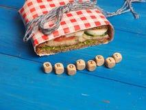 Sandwich savoureux sur une table bleue Photographie stock