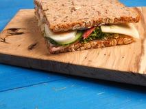Sandwich savoureux sur une table bleue Image stock