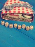 Sandwich savoureux sur une table bleue Image libre de droits