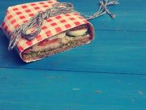 Sandwich savoureux sur une table bleue Photos stock