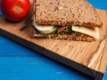 Sandwich savoureux sur une table bleue Photo libre de droits