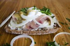 Sandwich scandinave avec la fin de crème et d'harengs  photographie stock libre de droits