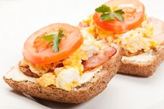 Sandwich with scrambled eggs and bacon Stock Photography