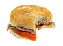 Sandwich submersible mordu à salami sur un fond blanc photographie stock libre de droits