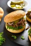 Sandwich tiré à boeuf photos stock
