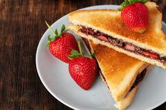 Free Sandwich Toast With Chocolate Paste And Cut Strawberry Stock Images - 187080524