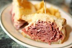 Sandwich traditionnel à Reuben Photo stock