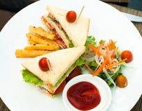 Sandwich twee met groenten op plaat hoogste mening Stock Foto