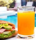 Sandwich und Juice Indicates Orange Drink And-Cheddarkäse stockfotos
