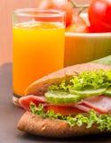 Sandwich und Juice Means Orange Drink And-Brot stockfoto