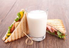 Sandwich und Milch stockfoto