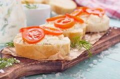 Sandwich utile délicieux avec du fromage de chèvre et des tomates-cerises Photos libres de droits