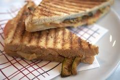 Sandwich végétarien avec les légumes grillés photo stock