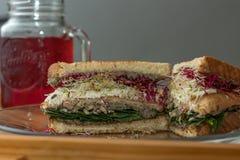 Sandwich végétarien et thé régénérateur de ketmie photo stock