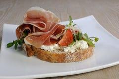 Sandwich van jamon met ricotta, arugula en kaas Stock Fotografie