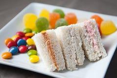 Sandwich van verschillende inhoud met kleurendetails Stock Afbeeldingen