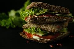 Sandwich vert frais avec la photo d'obscurité de foyer sélectif de fromage de caviar et fondu Photographie stock libre de droits