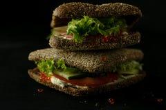 Sandwich vert frais avec la photo d'obscurité de foyer sélectif de fromage de caviar et fondu Image libre de droits