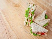 Sandwich wird auf eine Glasplatte gesetzt stockbilder