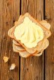 Sandwichbrot mit Butter stockbild