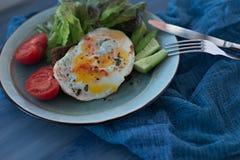 Sandwichbruschetta met gebraden ei op een plaat Met sla, tomaten en komkommer Sluit omhoog stock afbeelding