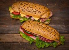 Sandwiche auf dem Holztisch Stockfotografie